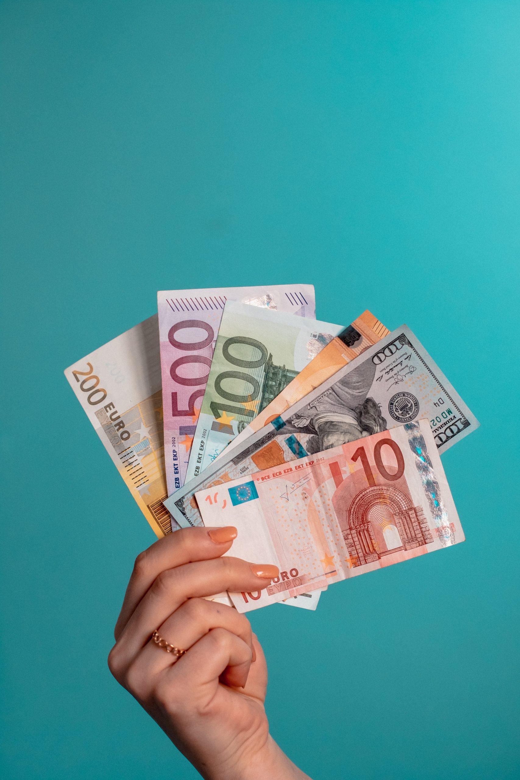 Fotograf von Omid Armin - Geld in der Hand